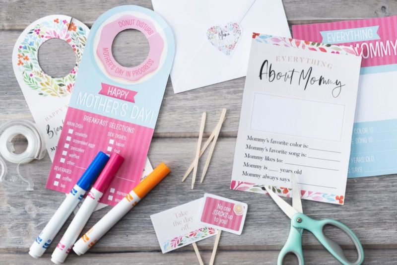 Mother's Day is coming up and these FREE Mother's Day Printables (breakfast in bed theme) will help show Mom that she is loved on her special day!